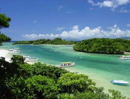 【細長い湾に小島の点在する美しい湾/川平湾】写真